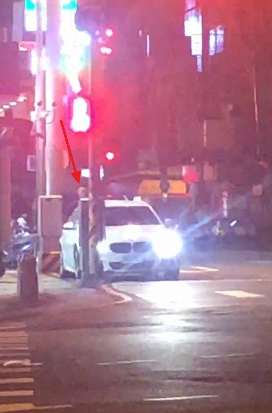 男子還將全裸女子從副駕駛座拉出,兩人在車輛後車廂再度上演活春宮秀。圖/民眾提供