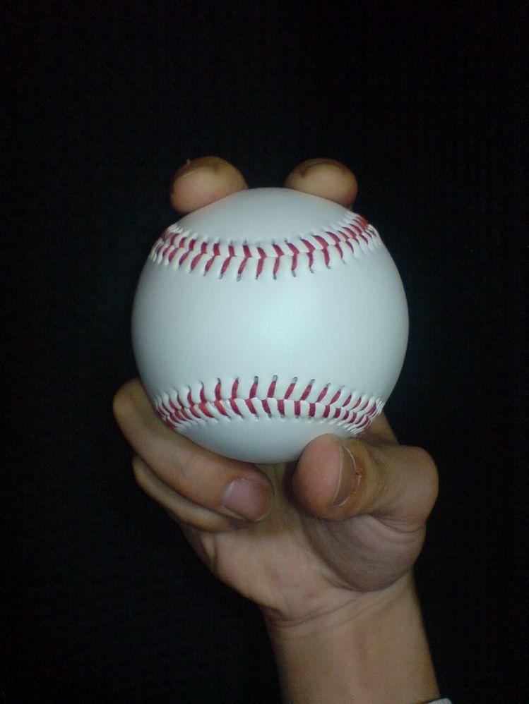 木村拓哉的漢堡手勢,宛若棒球中「二縫線快速球」的握法。圖/取自維基百科