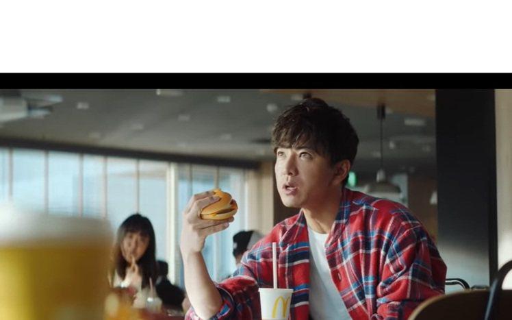 木村拓哉在麥當勞廣告中帥氣登場。圖/擷取自Youtube