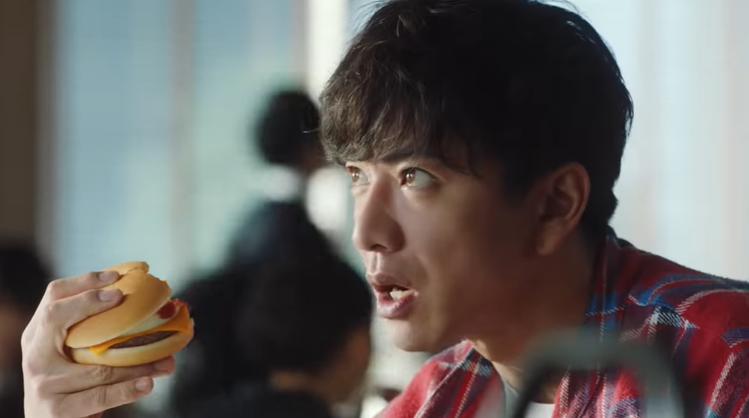 木村拓哉獨特的拿漢堡手勢,成為網友的熱議重點。圖/擷取自Youtube