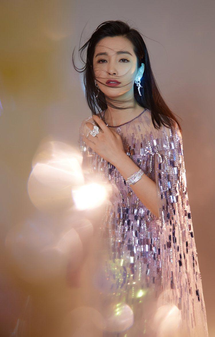 上週出席微博之夜時,李冰冰以華麗的半透明薄紗洋裝搭配寶齊萊珠寶腕表,美豔華麗、難...