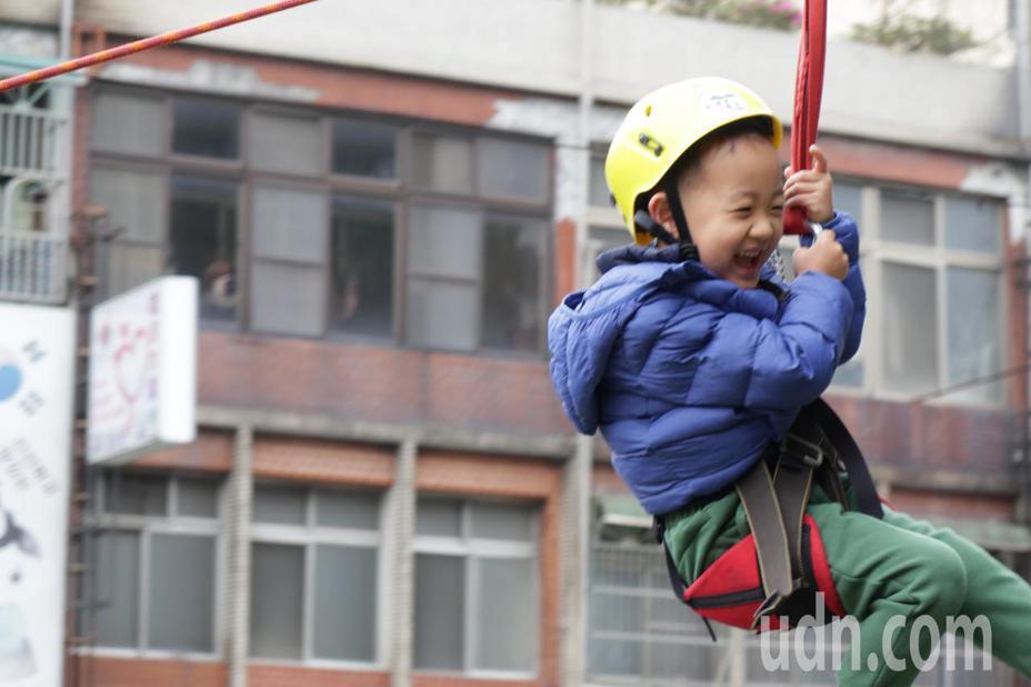 現場小朋友在體驗繩索斜降關卡時,無不驚呼連連,從樹上順著繩索滑下時,臉上洋溢著超開心的笑容。記者陳夢茹/攝影