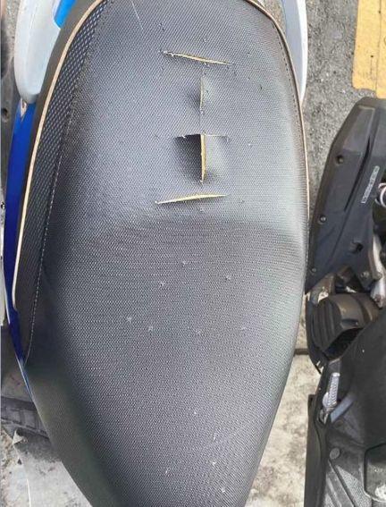 蔡姓男子在他人機車坐墊上劃個「王」字。圖/翻攝自臉書爆料公社