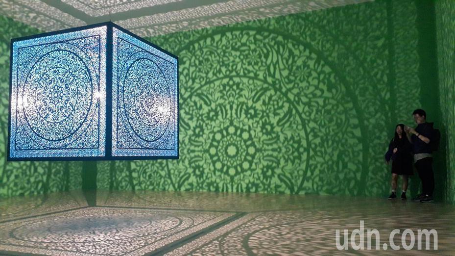 網友喜愛的「藍色鏤空立方體」作品,選後背景全改為綠色。記者周宗禎/攝影