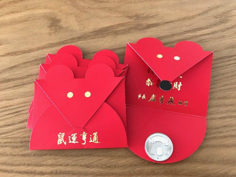 台中市鼠年小紅包以紅色為主色系,搭配燙金的眼睛與黑色鼻子,內含10元硬幣。記者洪敬浤/攝影