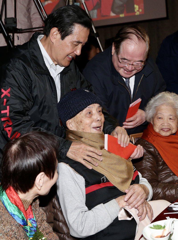 前總統馬英九出席三重區獨居長者歲末圍爐餐會,向出席長者握手致意,並一一向他們披上圍巾祝福。記者林俊良/攝影