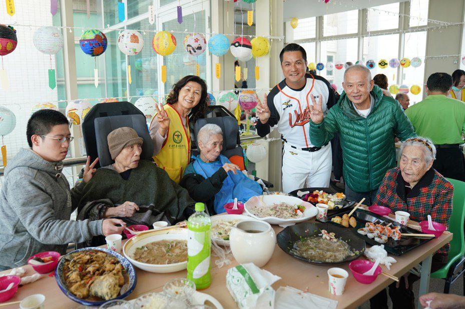 潘武雄與長輩們吃團圓飯。圖/獅隊提供