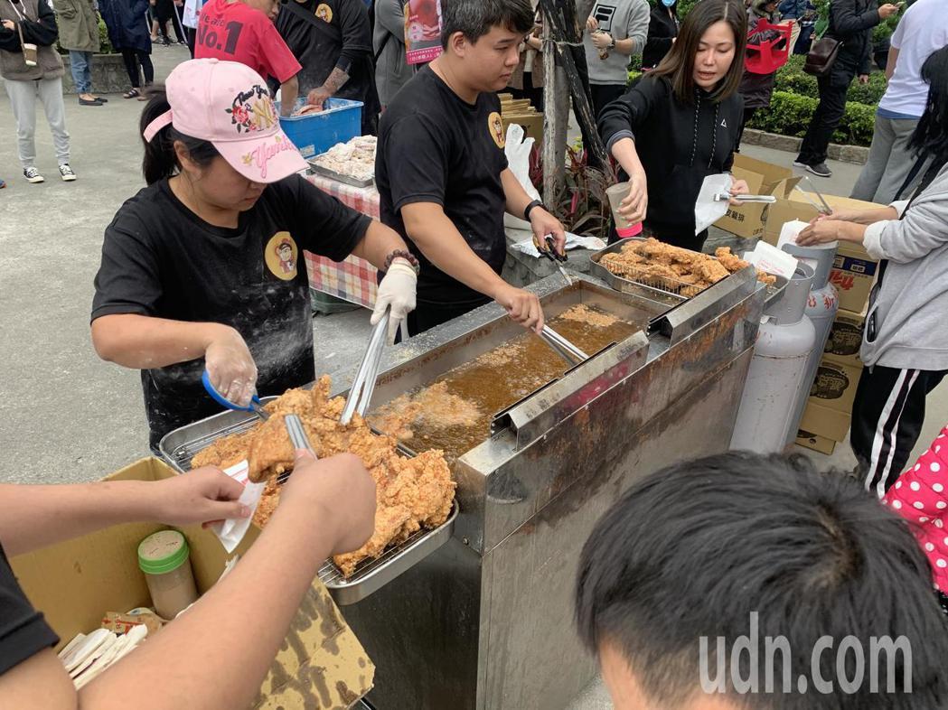 業者炸雞排的手從中午開始都沒停下來,要應付現場湧入的排隊群眾。記者巫鴻瑋/攝影
