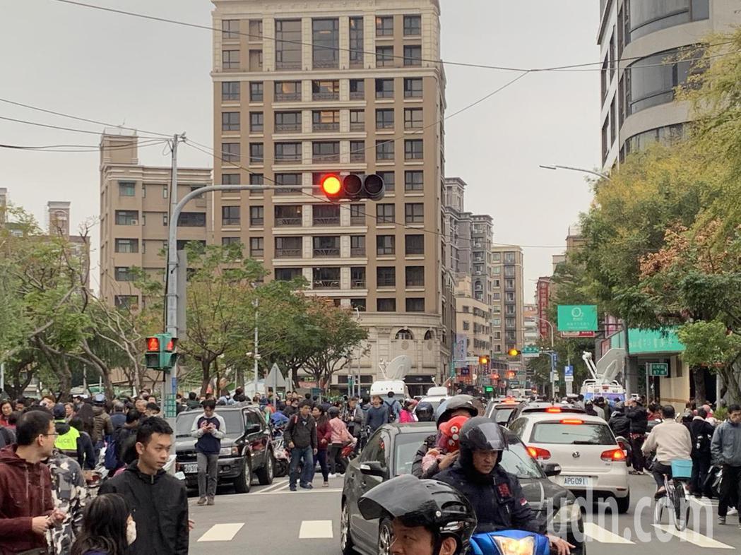 居民表示從未看過那麼多人擠在光榮路上,大家都是為了雞排而來。記者巫鴻瑋/攝影