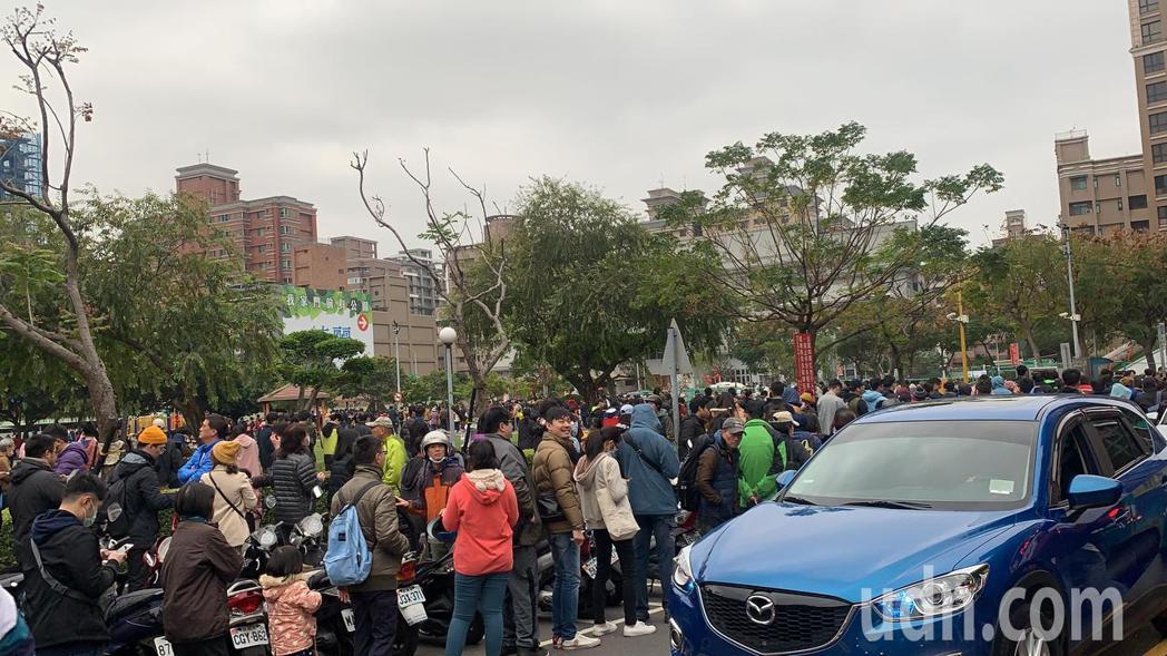 現場湧入上千民眾,排隊人龍更是繞了公園數圈還看不到盡頭。記者巫鴻瑋/攝影