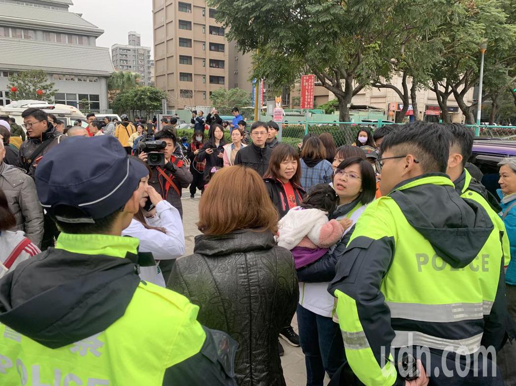 立委林淑芬抱著走失女童,請員警及里長幫忙協尋家長。記者巫鴻瑋/攝影