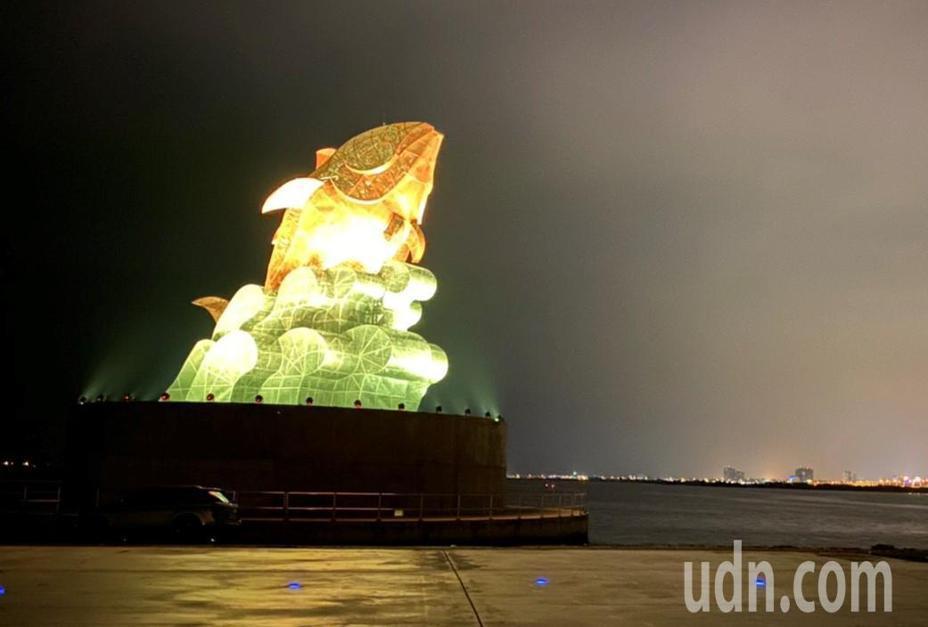 2019台灣燈會屏東大鵬灣燈區的主燈「巨鮪來富」,鵬管處月前強化結構後重新點亮,入夜後紅、金、綠、藍色漸層式顏色變化,讓人重溫燈會時的感動,但只能遠觀。記者潘欣中/攝影