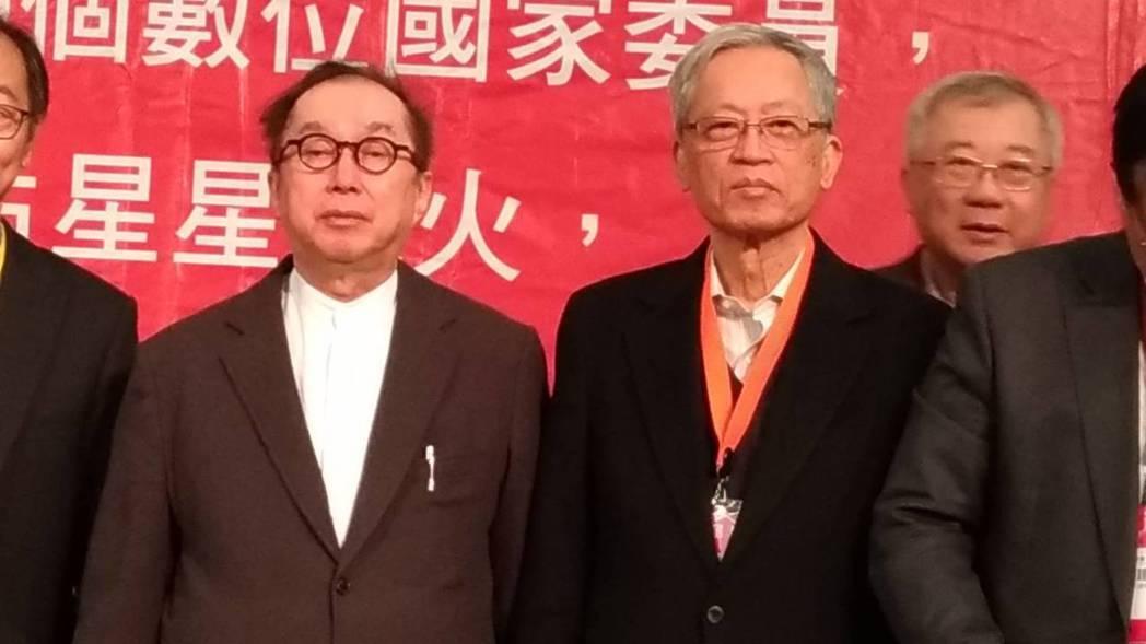 廣達集團董事長林百里(左)表示,原本規劃70歲退休,但遇到從小嚮往的AI,實在太...