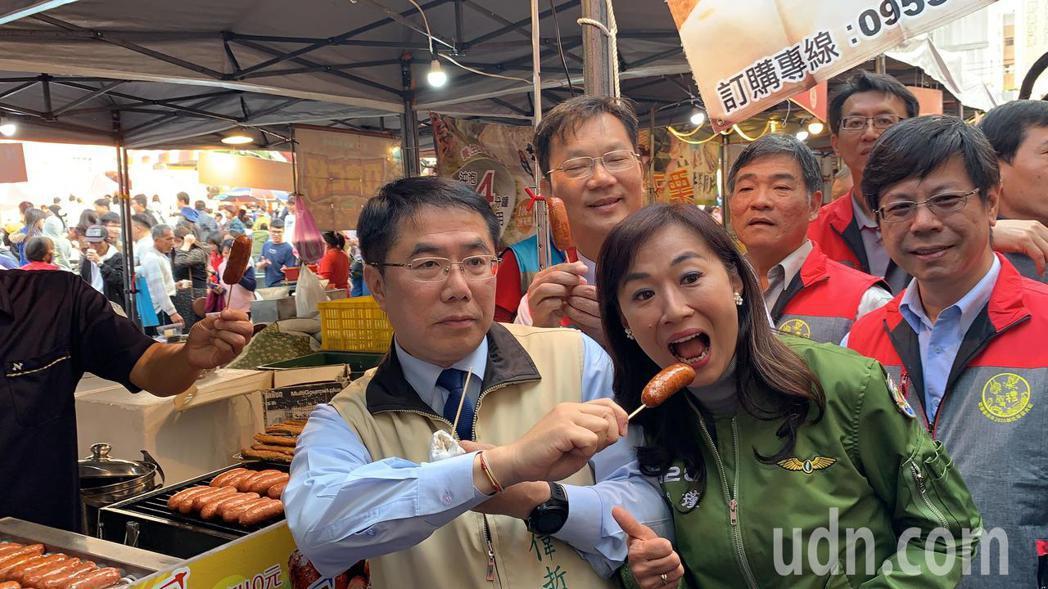 台南新化年貨大街今天登場,市長黃偉哲發紅包、巡視攤位試吃衝人氣。記者吳淑玲/攝影