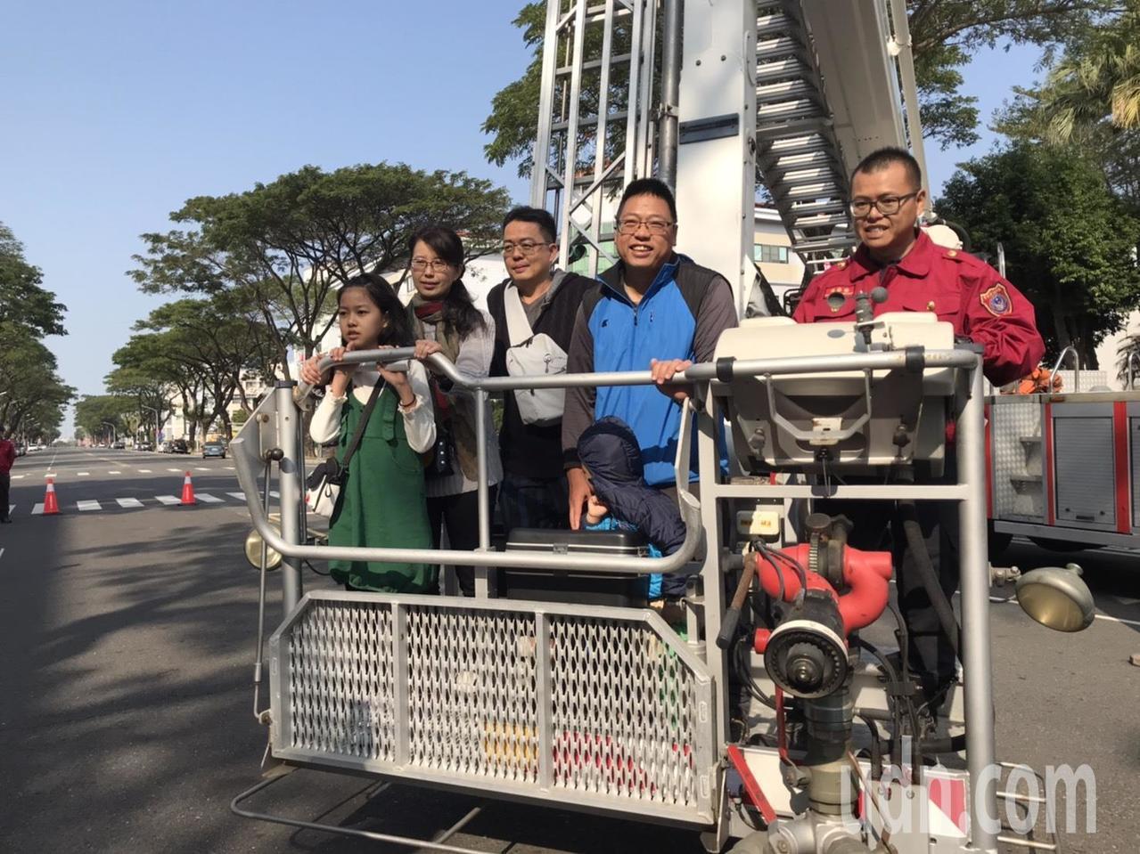 嘉縣消防局歡慶成立20週年 孩童搶玩火災避難VR體驗