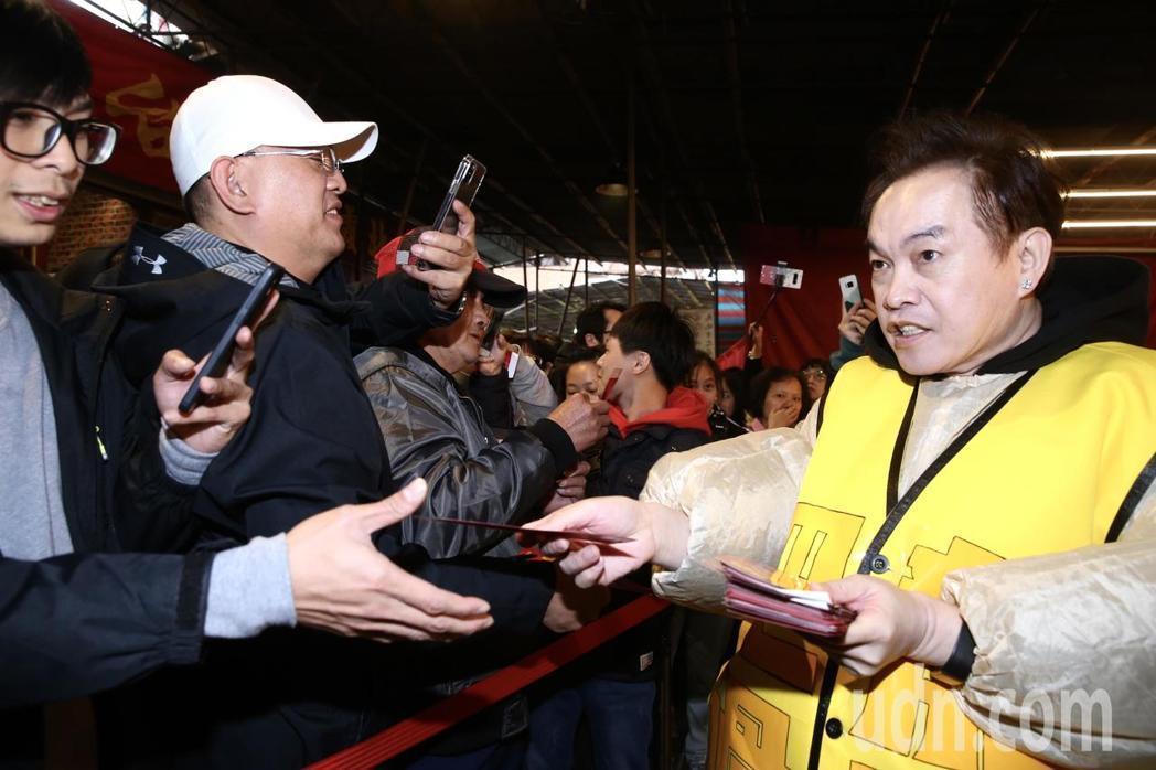 康康穿上胖胖衣為「肥龍過江」宣傳,並發送紅包。記者徐兆玄/攝影
