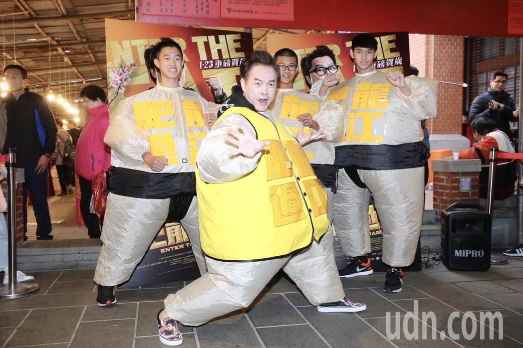 康康宣傳甄子丹主演賀歲片「肥龍過江」,特地穿上胖胖衣化身片中主角,到年貨大街宣傳