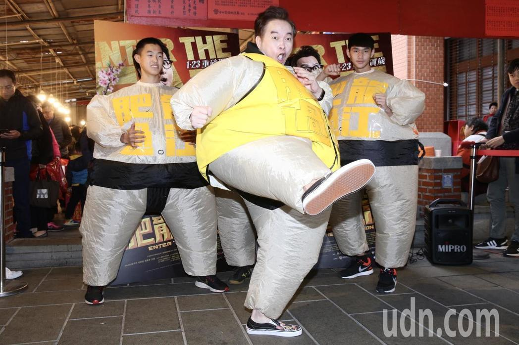 康康穿上胖胖衣化身「肥龍過江」主角施展飛踢。記者徐兆玄/攝影