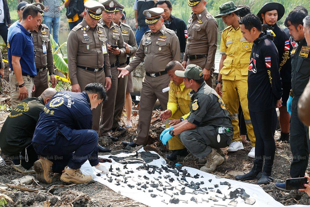 曼谷警方在嫌犯住家附近的池塘撈到288件骨骸。(取自曼谷郵報)