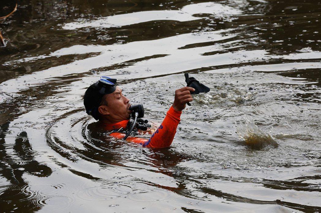 潛水夫在池塘內發現人骨。(取自曼谷郵報)