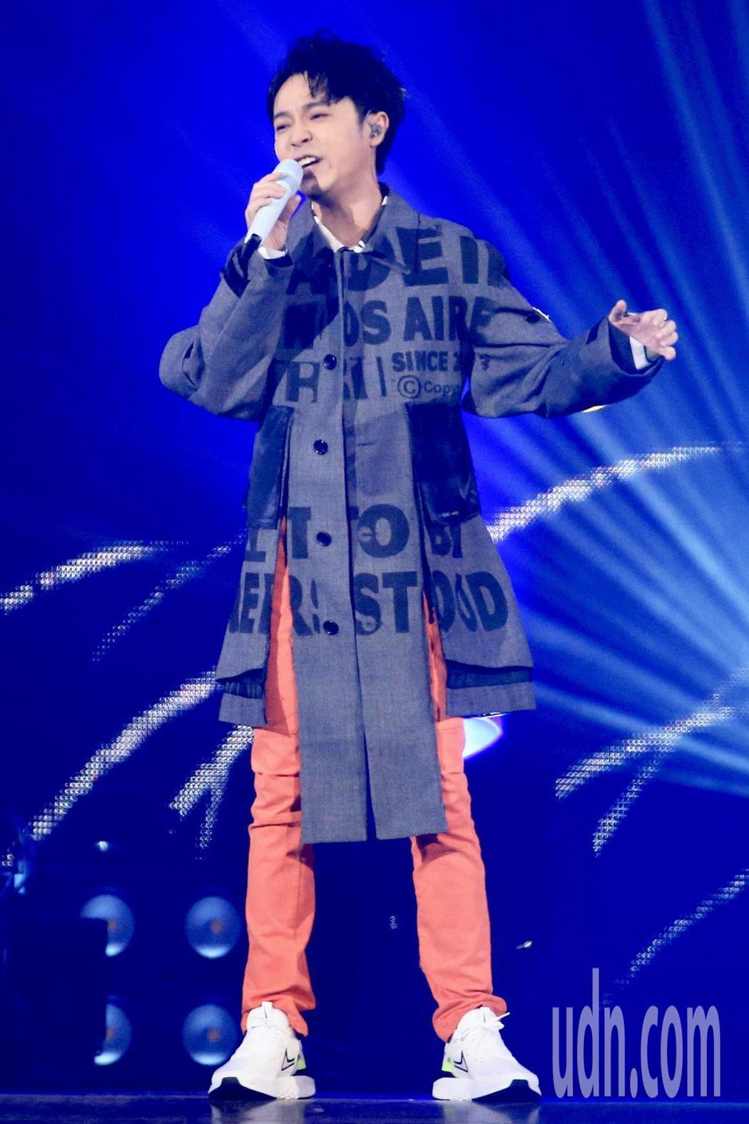 第15屆KKBOX風雲榜頒獎典禮,風雲大使吳青峰演唱。記者林伯東/攝影