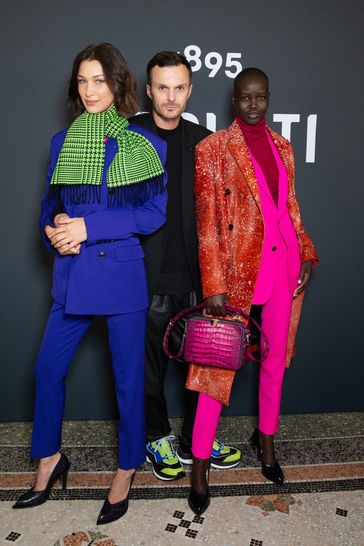 (左起)貝拉哈蒂德、創意總監Kris Van Assche和超模Adut Ake...
