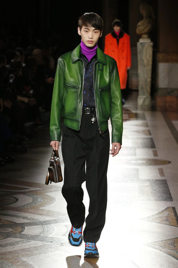 古法染色的綠色外套旨在向Pierre Jeanneret和BERLUTI攜手打造...
