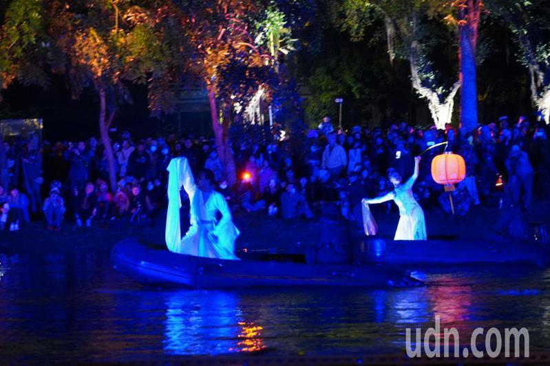 台南市月津港燈節今晚以「水月風華」水中舞蹈揭開序幕。記者吳淑玲/攝影