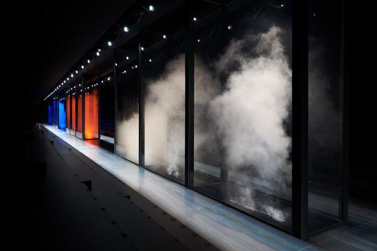 DIOR以藍、紅色、煙霧燈箱為前衛場景,發表延續高級訂製服精神的男裝系列。圖/D...