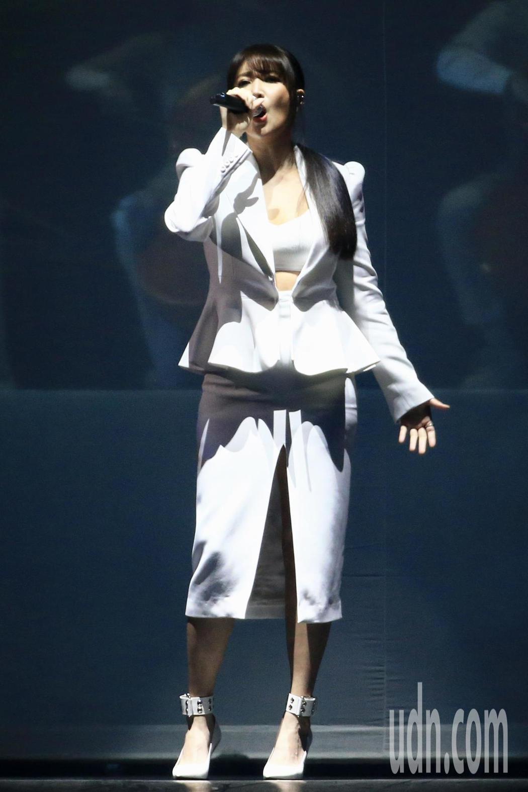 第15屆KKBOX風雲榜頒獎典禮,年度風雲歌手A-Lin演唱。記者林伯東/攝影