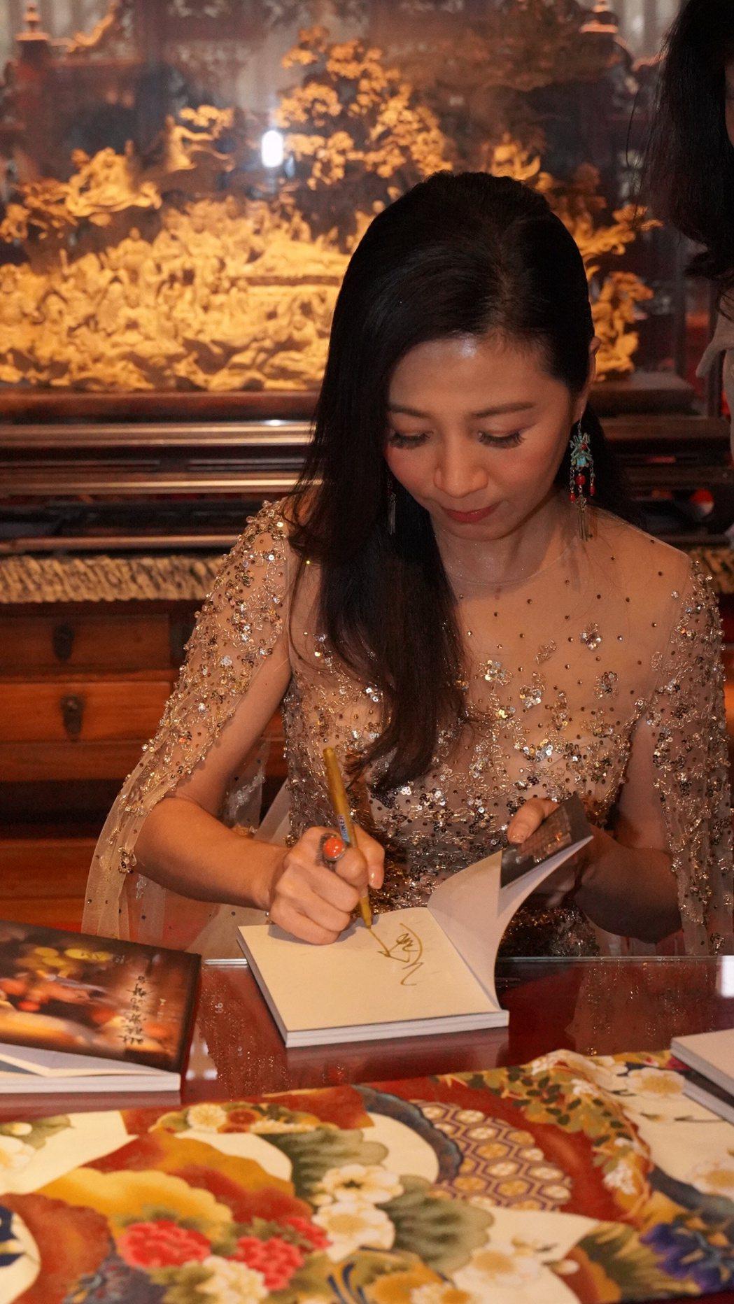 方文琳為新書簽書會盛裝出席。圖/宏願大千世界提供