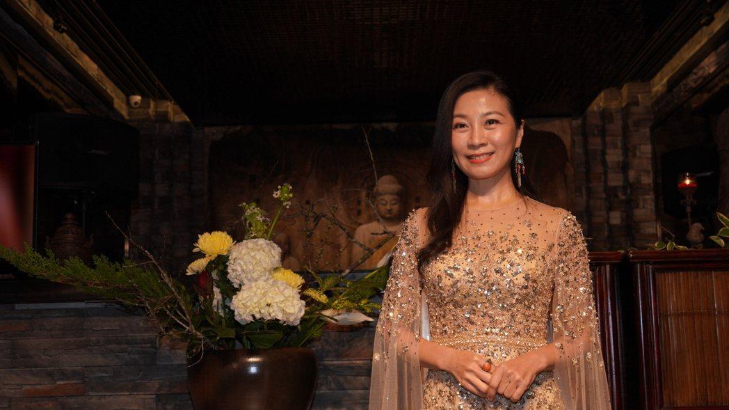 方文琳為新書簽書會披婚紗盛裝出席。圖/宏願大千世界提供