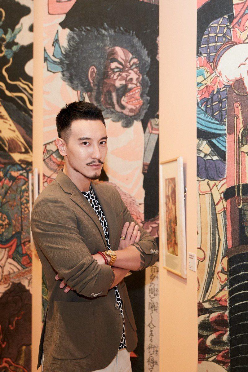 站在浮世繪名家歌川國芳的《水滸傳豪傑百八人系列》前,凸顯了王陽明陽光但略帶粗獷的率性氣質。圖╱DURBAN提供。