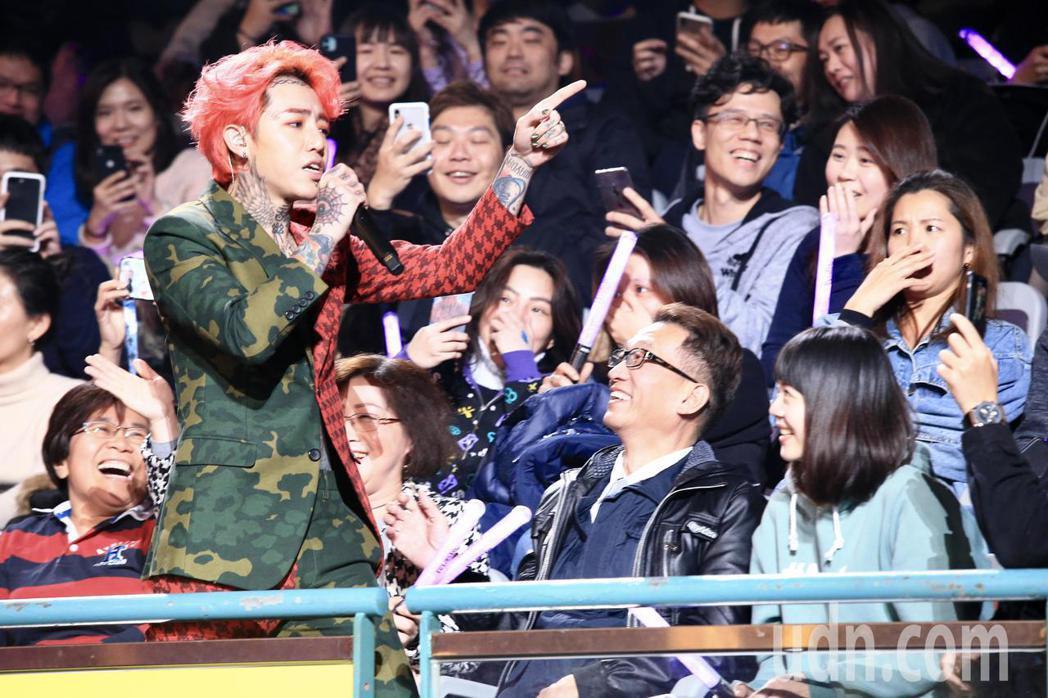 第15屆KKBOX風雲榜頒獎典禮,年度風雲歌手謝和弦演唱。記者林伯東/攝影