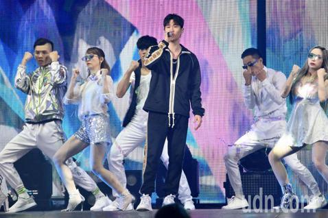 第15屆KKBOX風雲榜頒獎典禮,風雲大使周興哲演唱。