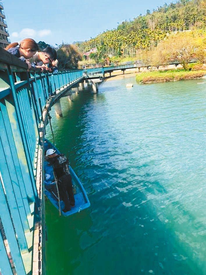 彭姓夫妻昨遊日月潭,彭妻拍照時手機卻掉落潭中,熱心居民潛水協助找回,手機仍在待機狀態。 圖/彭姓讀者提供