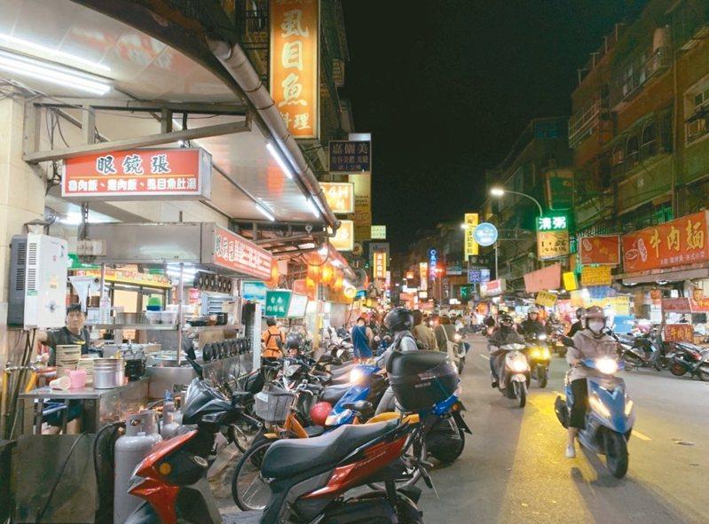捷運幸福站對面的福壽街小巷,堪稱新莊人的「宵夜一條街」。 記者魏翊庭/攝影