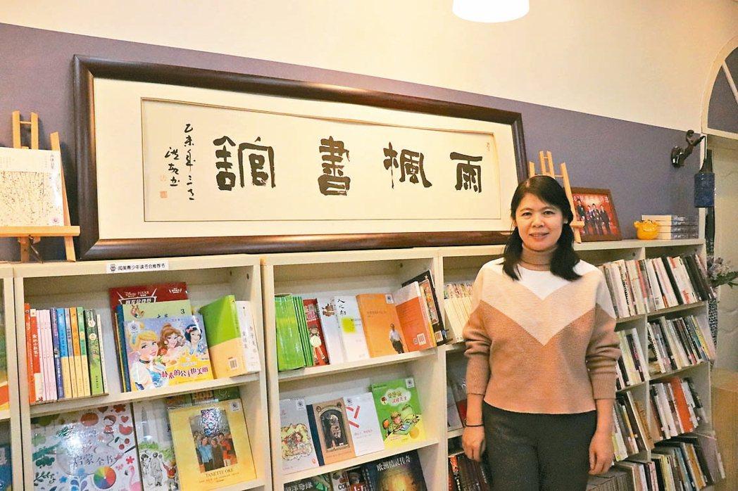 雨楓書館創辦人許春宇在書店接受採訪。 記者呂佳蓉/攝影