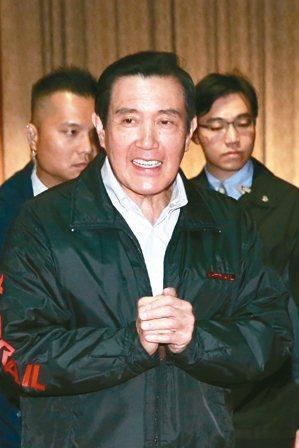 前總統馬英九(中)昨天表示,「九二共識」一定要是台灣與大陸的共識,「北京不同意,...