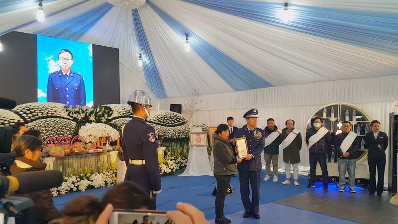黑鷹直升機空難殉職侍從官黃聖航的告別式,昨天上午在苗栗縣頭份市黃的老家舉行,場面備極哀榮,空軍並頒發獎狀。 記者胡蓬生/攝影
