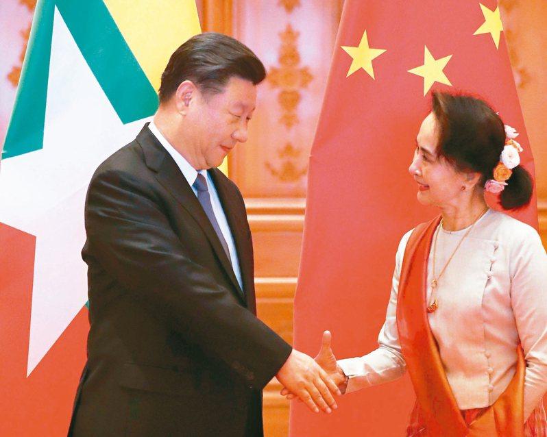 大陸國家主席習近平(左)十八日上午在緬甸首都奈比多與緬甸國務資政翁山蘇姬舉行正式會談,力挺緬甸。 (法新社)