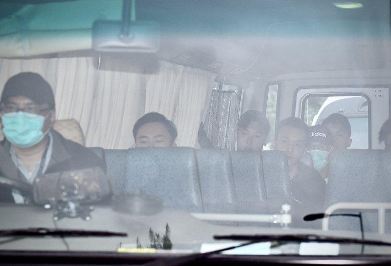 重犯季炳雄刑滿出獄,由警方車隊護送下離開赤柱監獄。 (中通社)