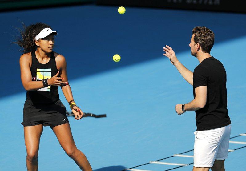 日本好手大坂直美(左)積極備戰澳網,尋求女單衛冕。 美聯社