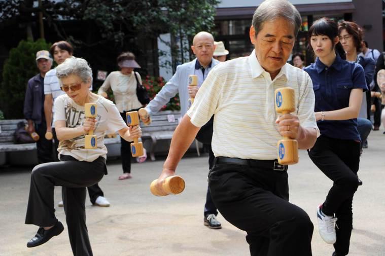 愈來愈多日本長者為了健康開始運動,健身房也推出相關課程。 (法新社)