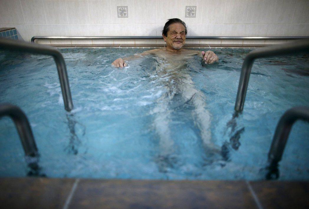 日本長者上健身房不見得是要運動,更多時候是閒聊和洗熱水澡。 (路透)