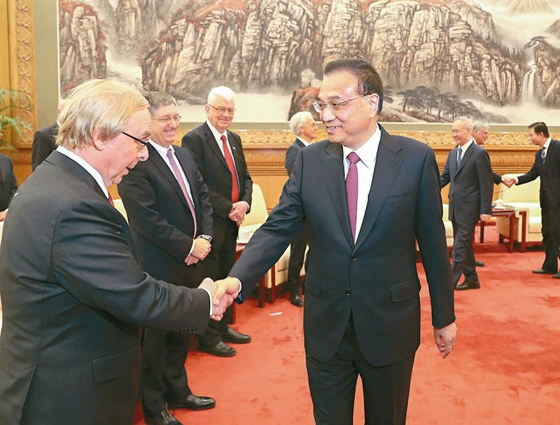 李克強(右)對外國專家表示,你們的建言直通部長辦公桌。 (中國政府網)