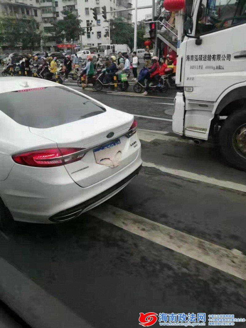 白色轎車用內褲套在車牌上,遭交警攔停。 取材自海南政法網