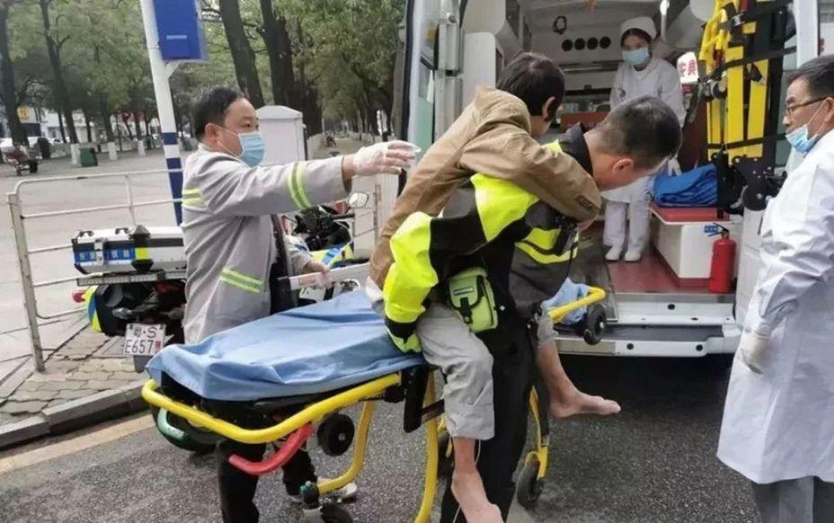 流浪漢(中)腳燒傷送醫。 取材自東莞時間網