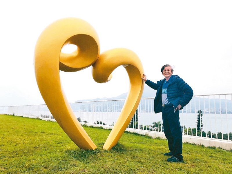雕塑家蒲浩明在淡水滬尾藝文休閒園區禮萊廣場頂樓的公共藝術《愛心—依偎》,是遊客最愛合照之處。 記者何定照/攝影