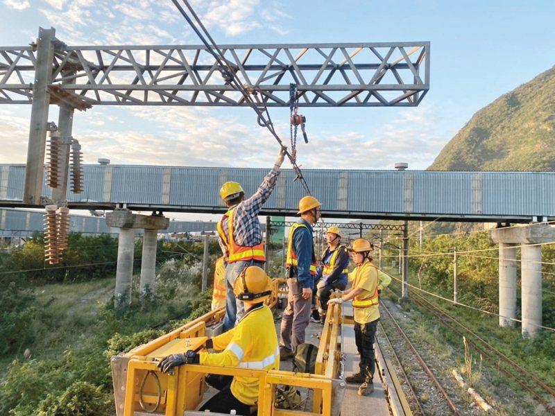 圖為2019年11月時台鐵電車線掉落造成大誤點,積極搶修。 圖/台鐵提供